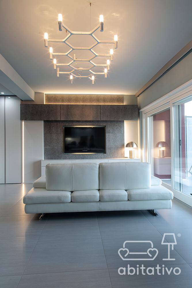 divano elegante in pelle bianco