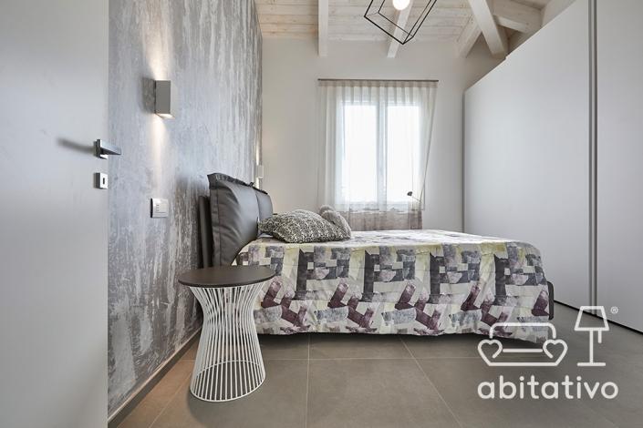 camera da letto bianca e argento moderna