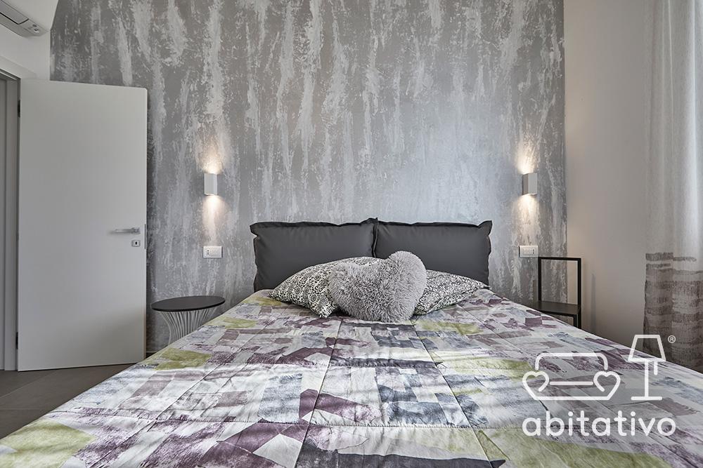 arredamento camera con parete argento