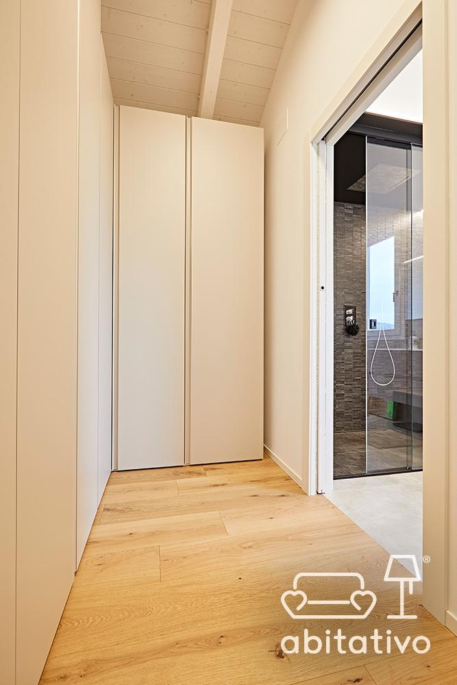 armadi bianchi parquet di legno