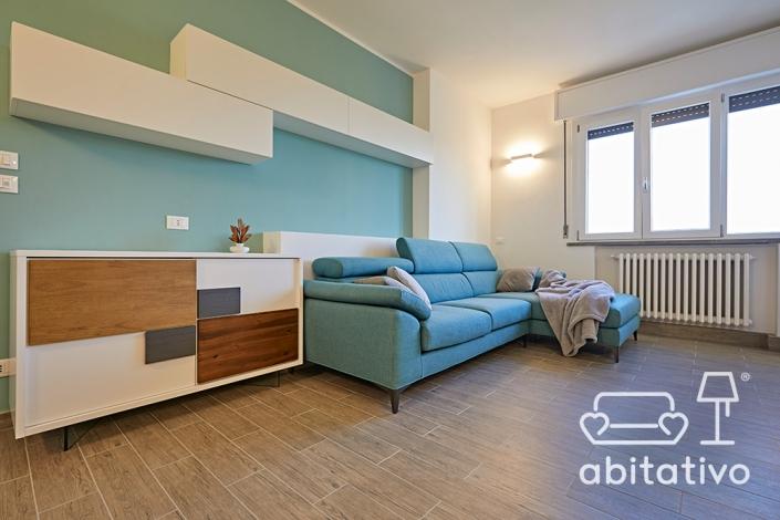 soggiorno bianco azzurro e legno