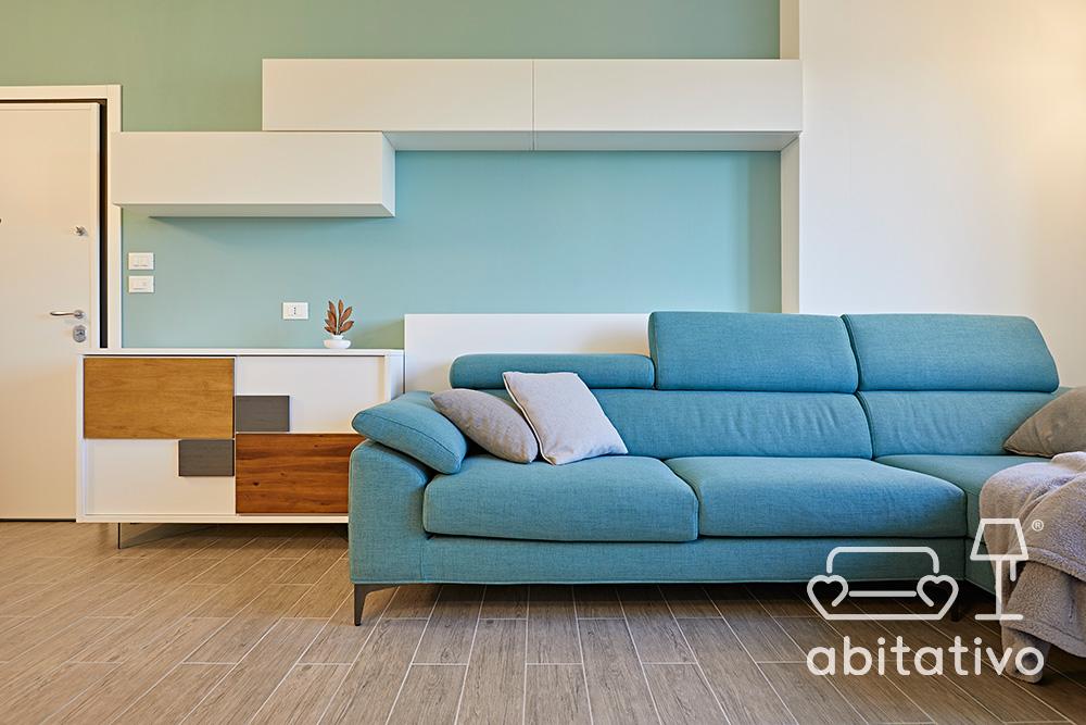 zona living bianco azzurro e legno