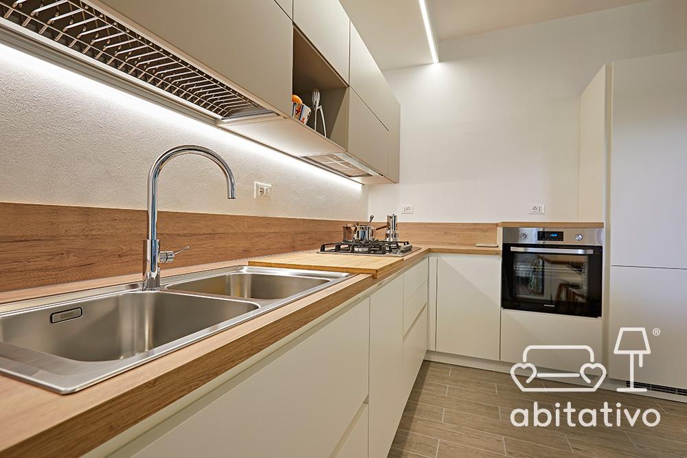 cucina angolare bianca piano in legno