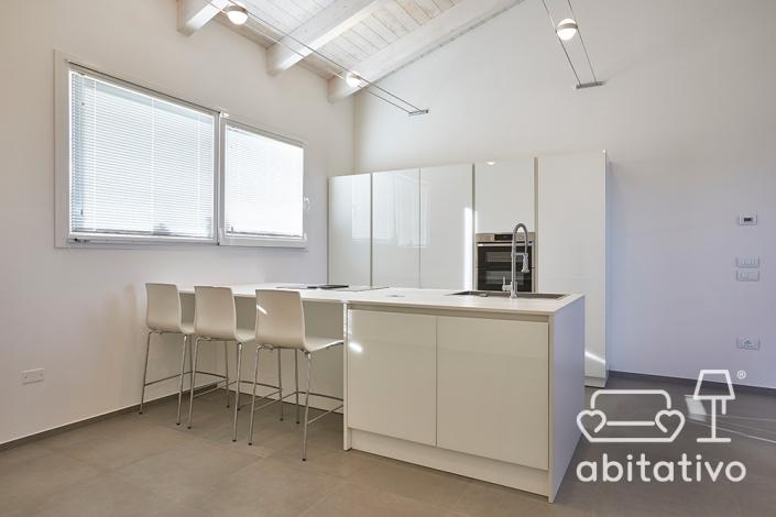 cucina moderna lineare con isola e sgabelli