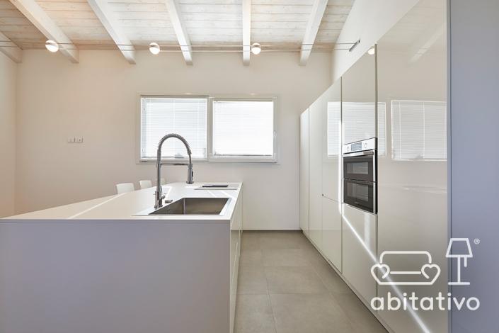 cucina moderna con isola total white