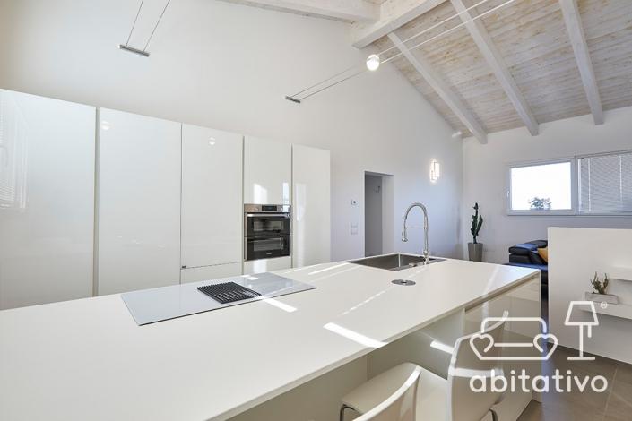 cucina bianca lineare con isola