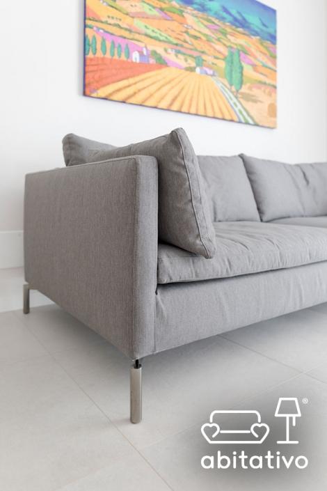 divano con piedini in acciaio cromato