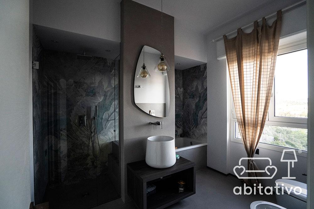 bagno moderno con vasca e doccia