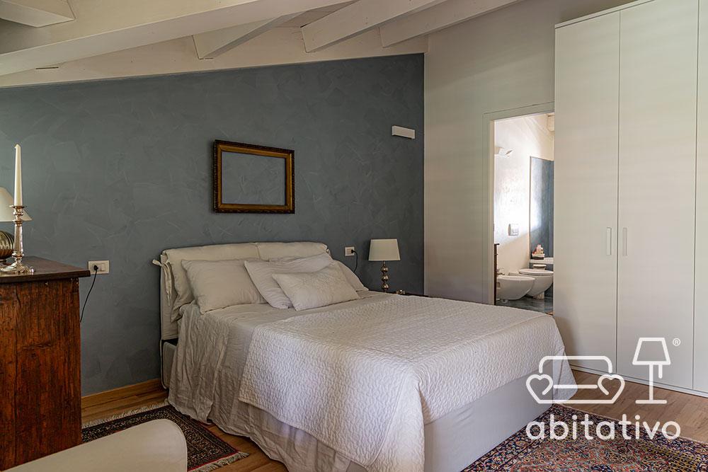 colore parete camera con arredo bianco