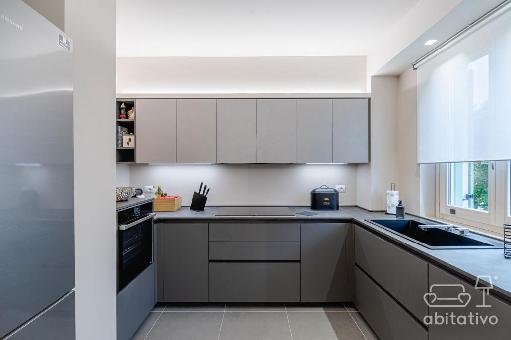 cucina ad angolo gradazioni grigio