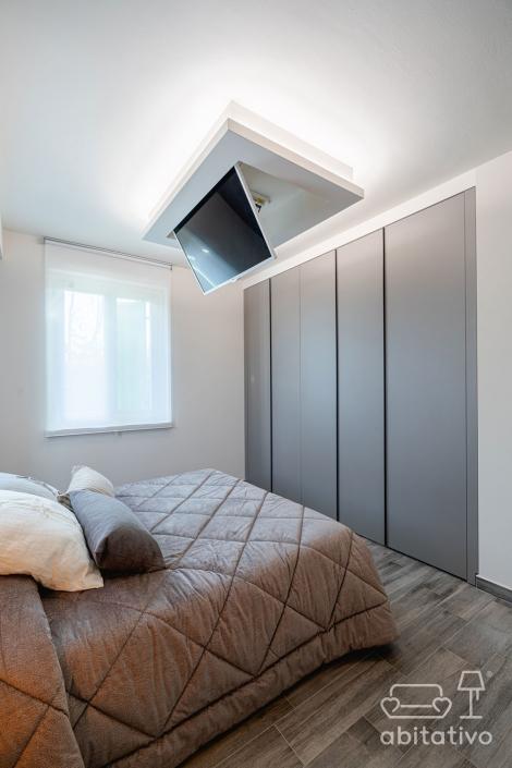 tv a soffitto in camera da letto