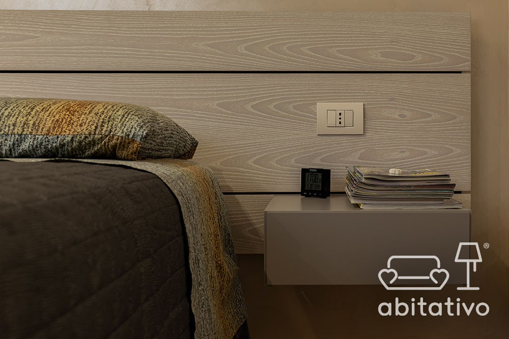 testiera letto in legno con comodini sospesi