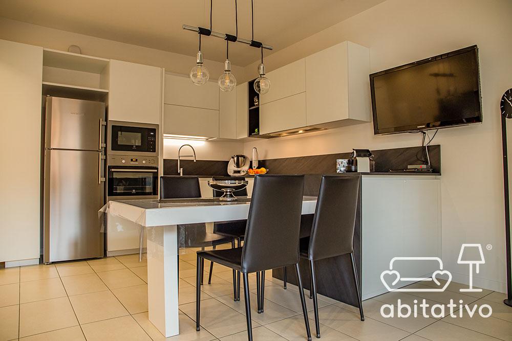 cucina moderna con tavolo unito