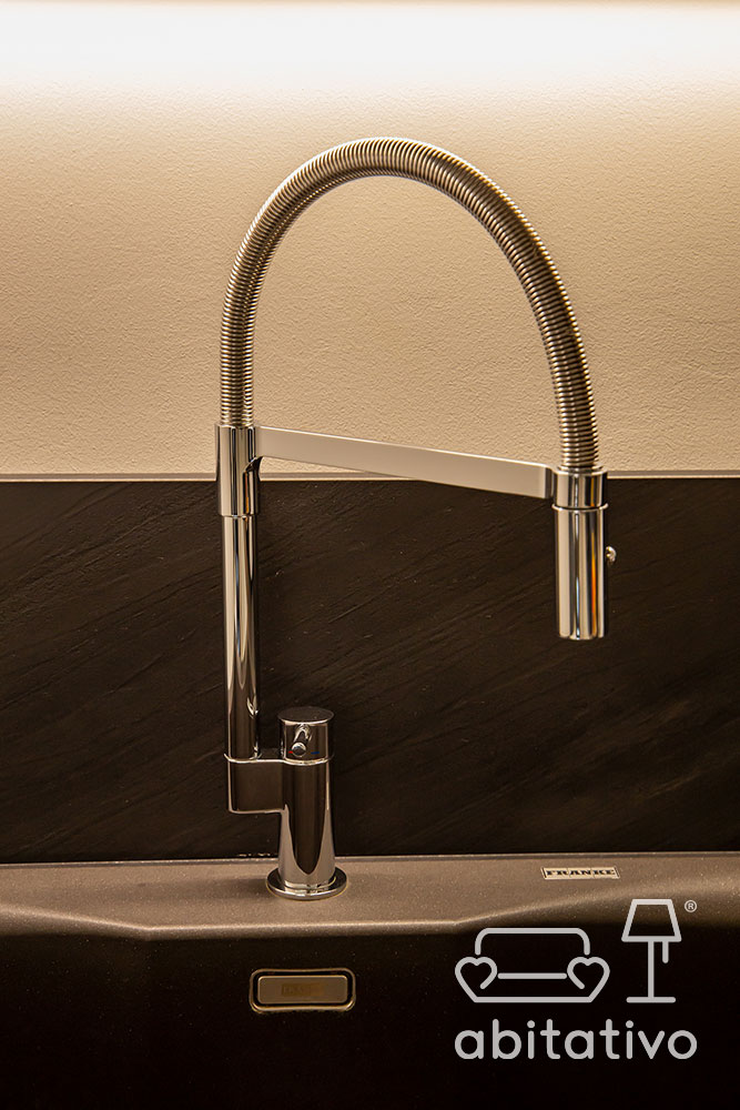 rubinetto curvo di design per cucina