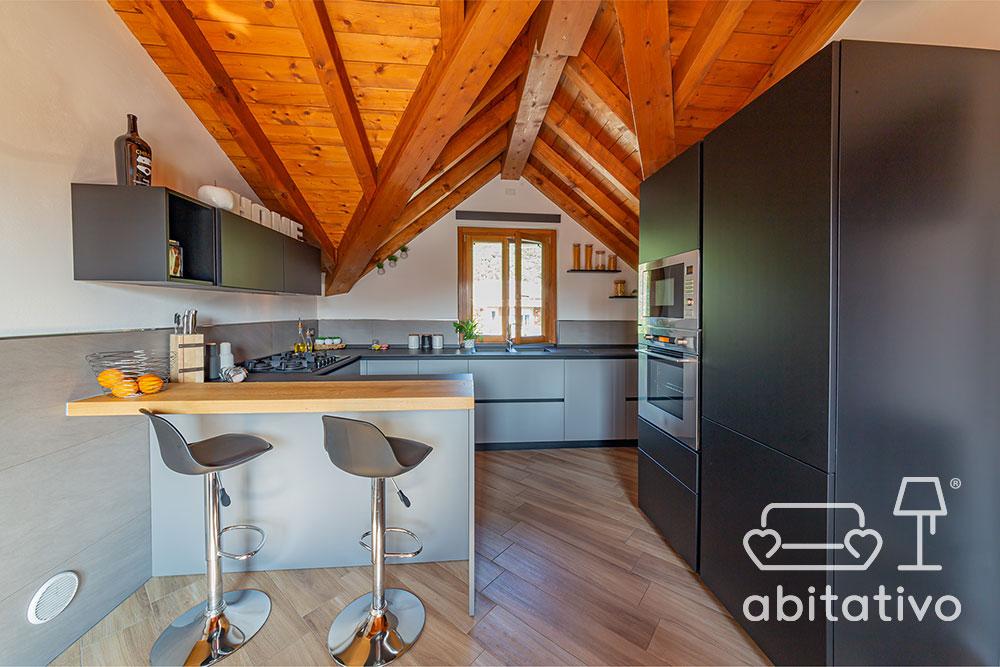 bancone cucina legno con sgabelli