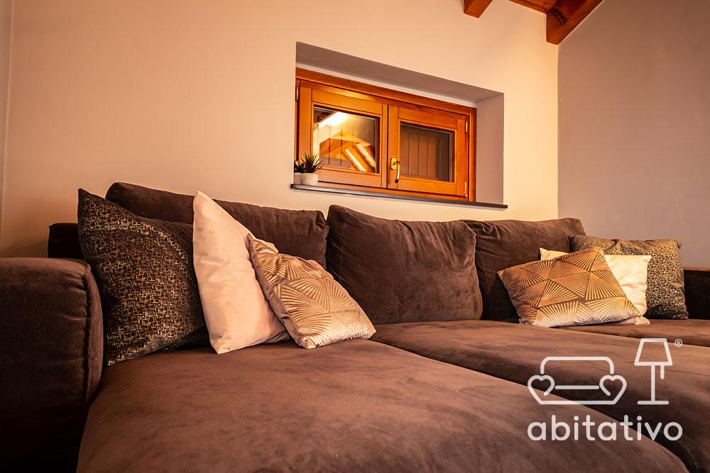 ampio divano di velluto