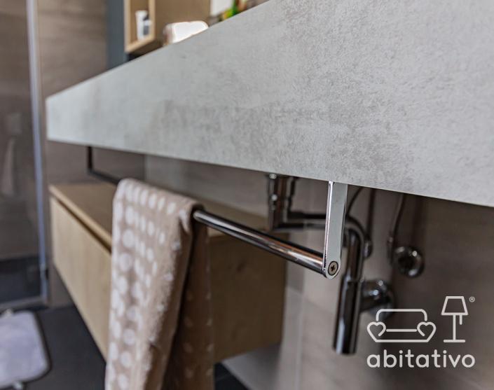 porta asciugamano su mobile bagno