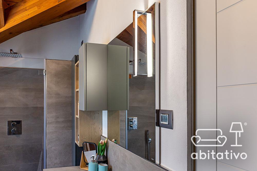 specchio con luce in bagno moderno