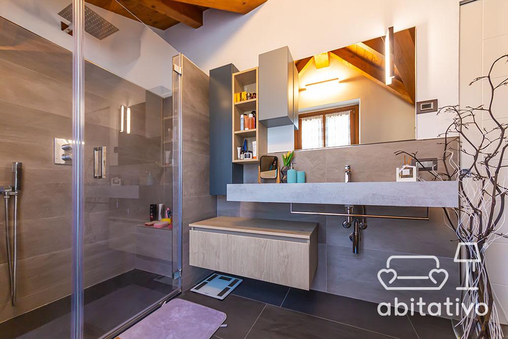 bagno moderno con ampia doccia