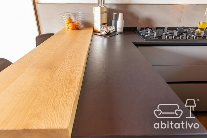 cucina con penisola nera e legno