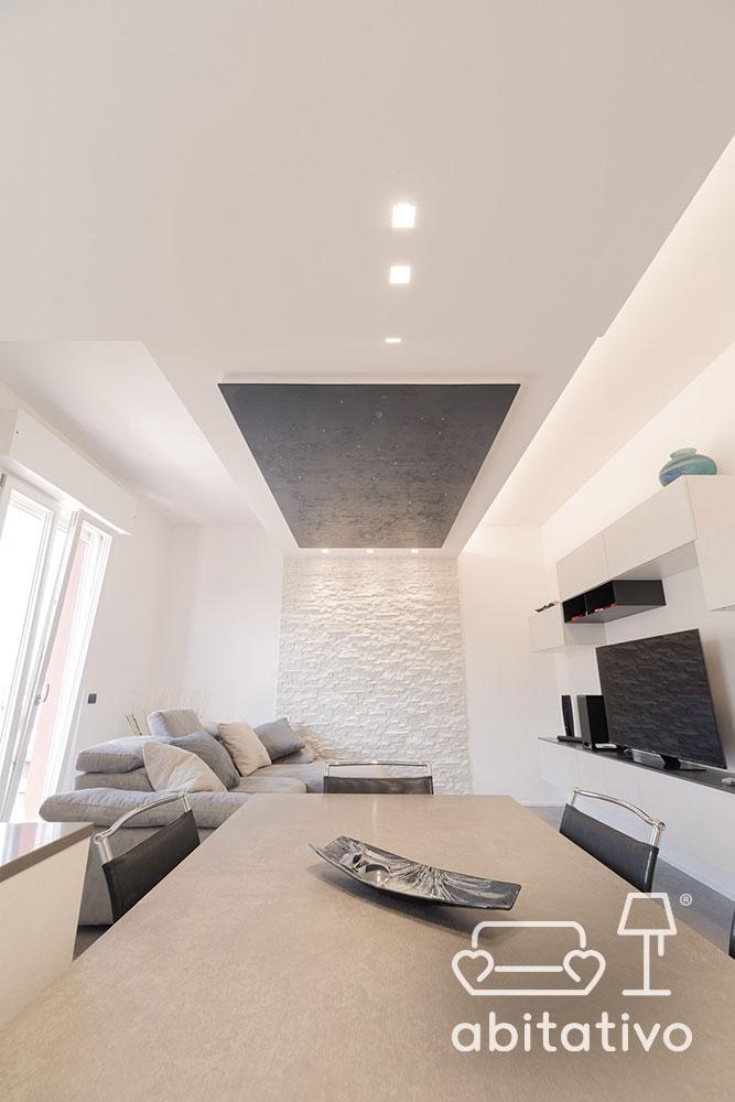 zona giorno con pareti bianche