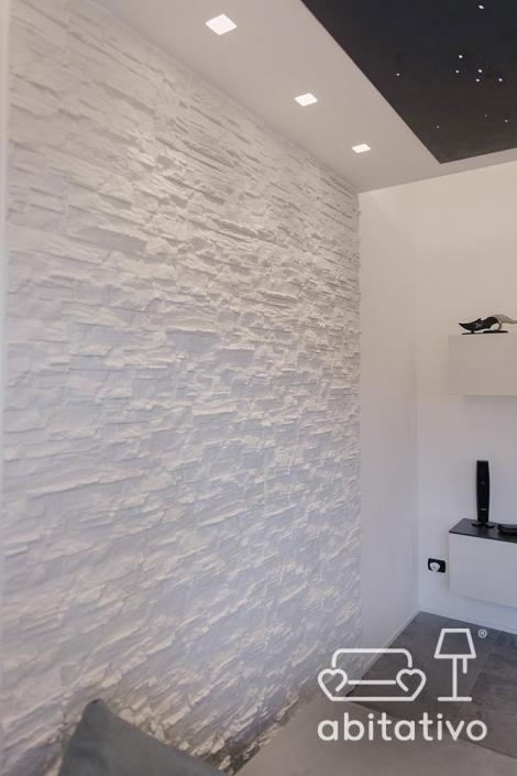 parete soggiorno con pietra bianca