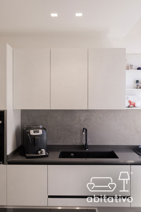cucina moderna bianca e faretti