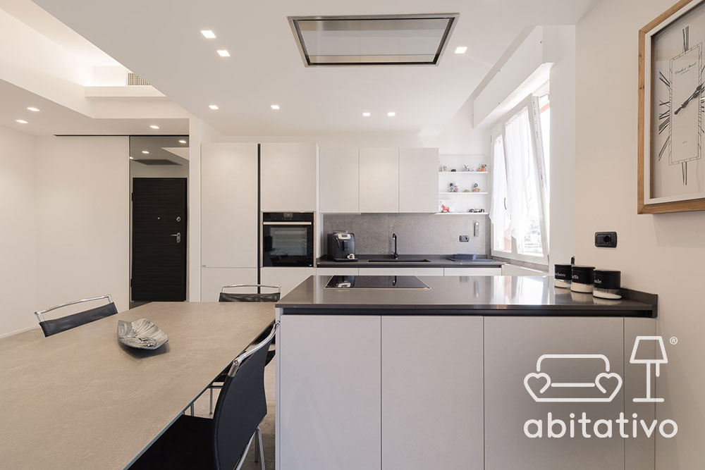 cucina bianca con penisola e soggiorno insieme