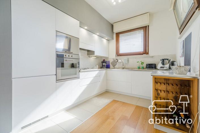 illuminazione cucina bianca e legno