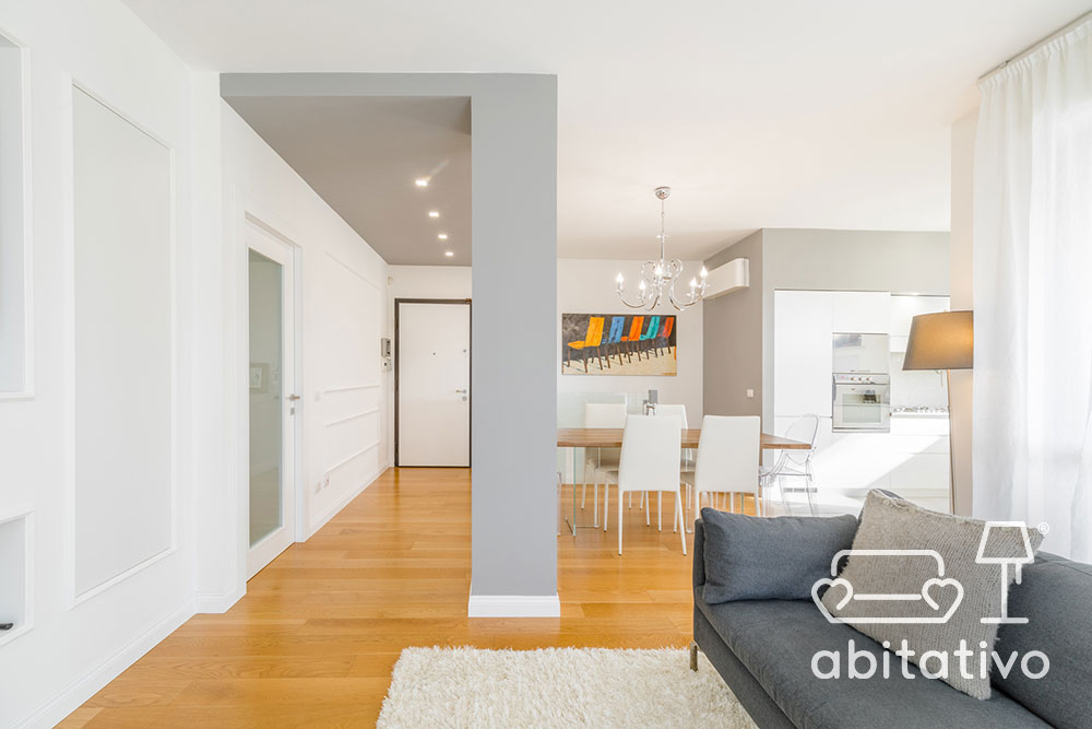 arredamento bianco casa con parquet