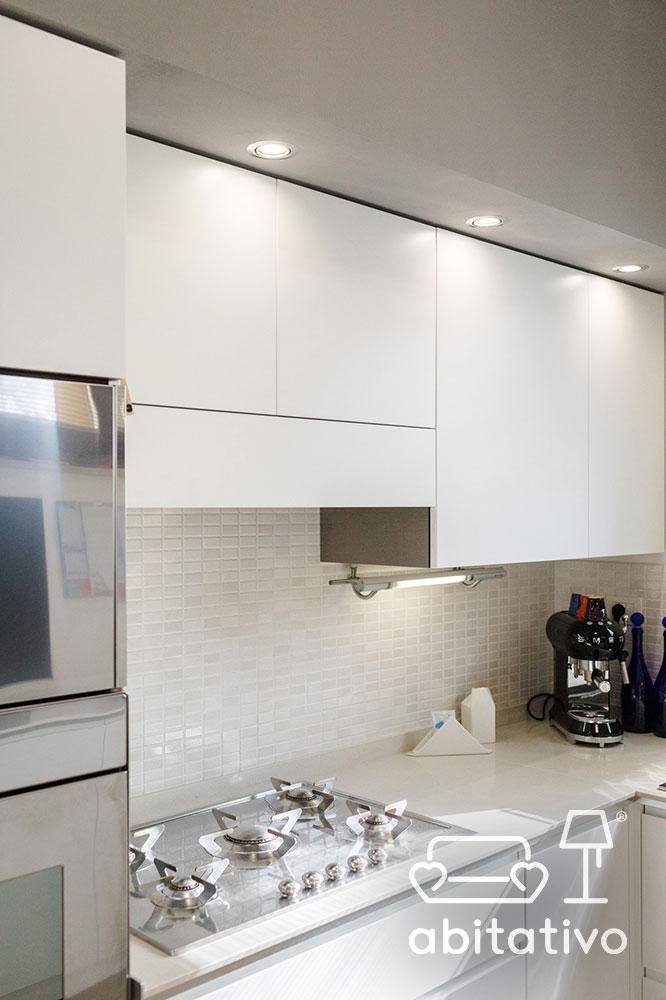 illuminazione piano cucina bianco e grigio