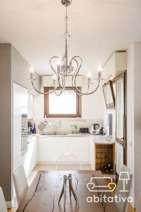 arredo cucina moderna bianca e legno