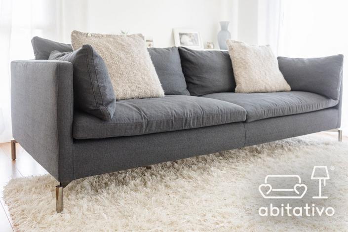 divano moderno con piedini in acciaio