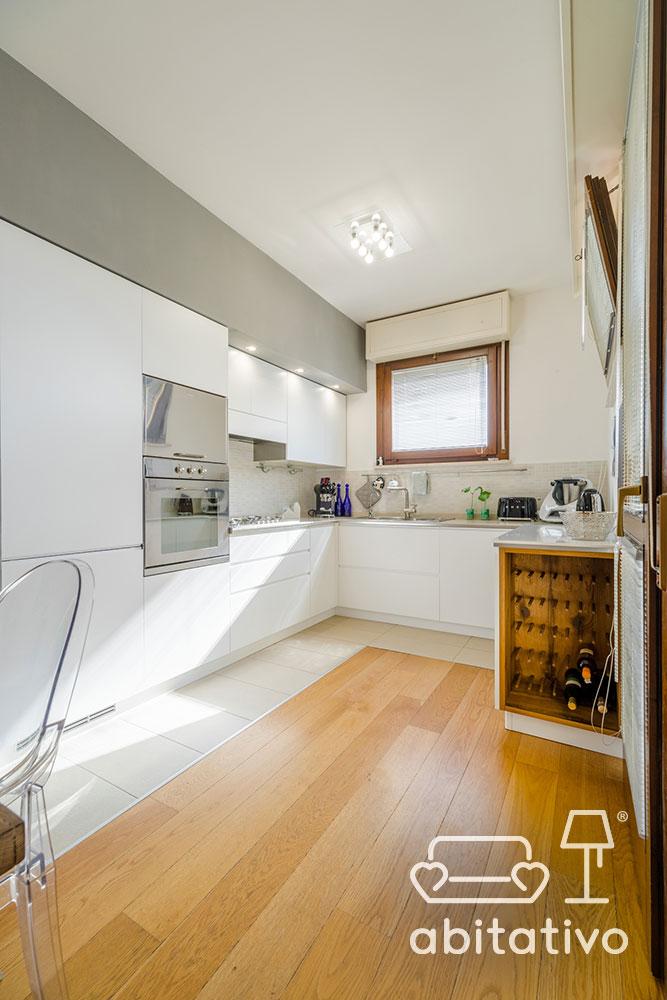 faretti per cucina bianca e legno