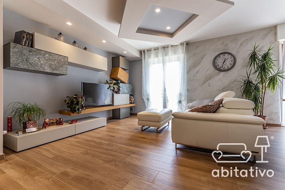 parete soggiorno effetto marmo