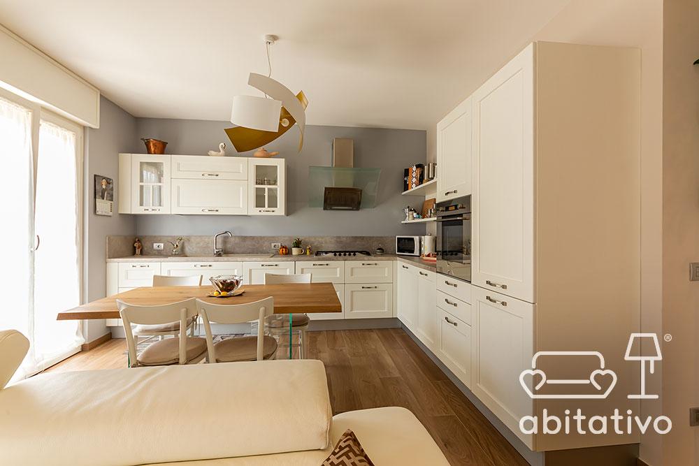 cucina bianca con parete colorata