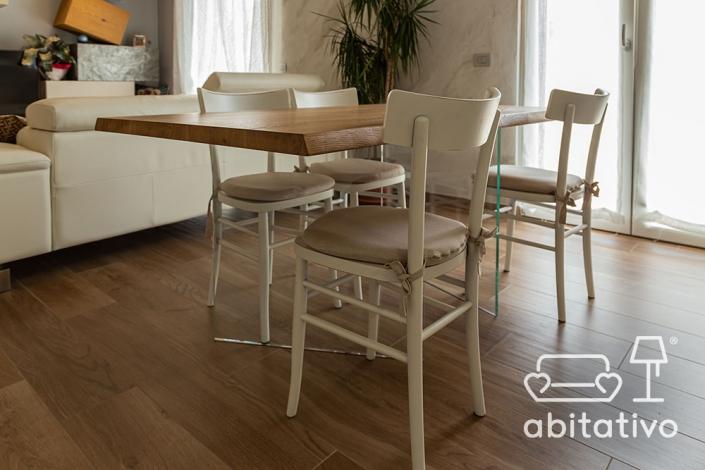 tavolo di legno con gambe di vetro