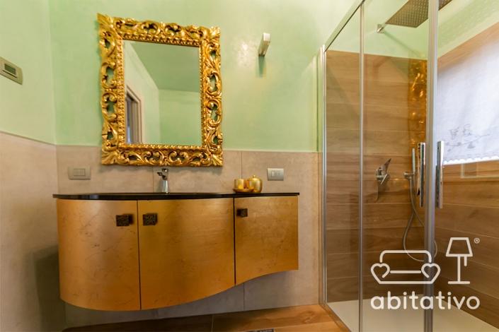 bagno con mobile e specchio oro barocco