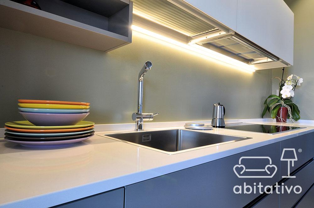 illuminazione piano cucina moderna