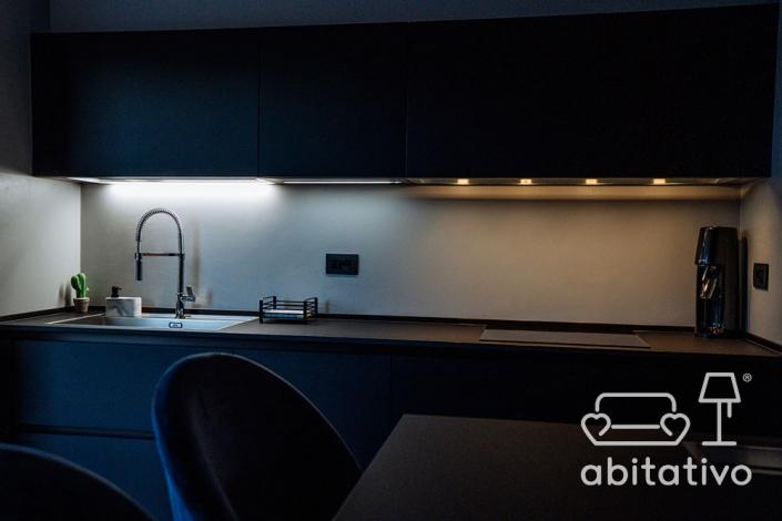 illuminazione piano cucina moderno