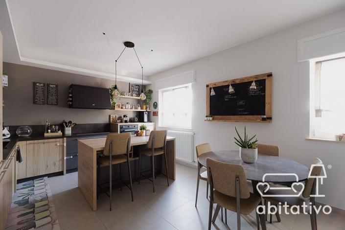 cucina con isola e tavolo da pranzo