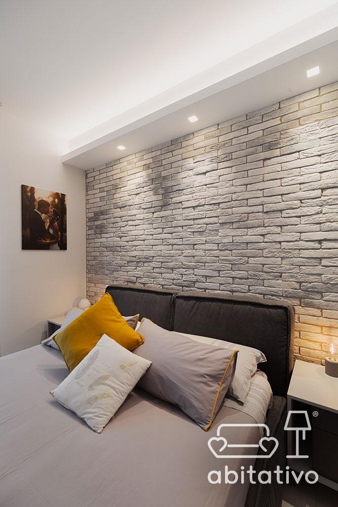 parete in pietra camera matrimoniale