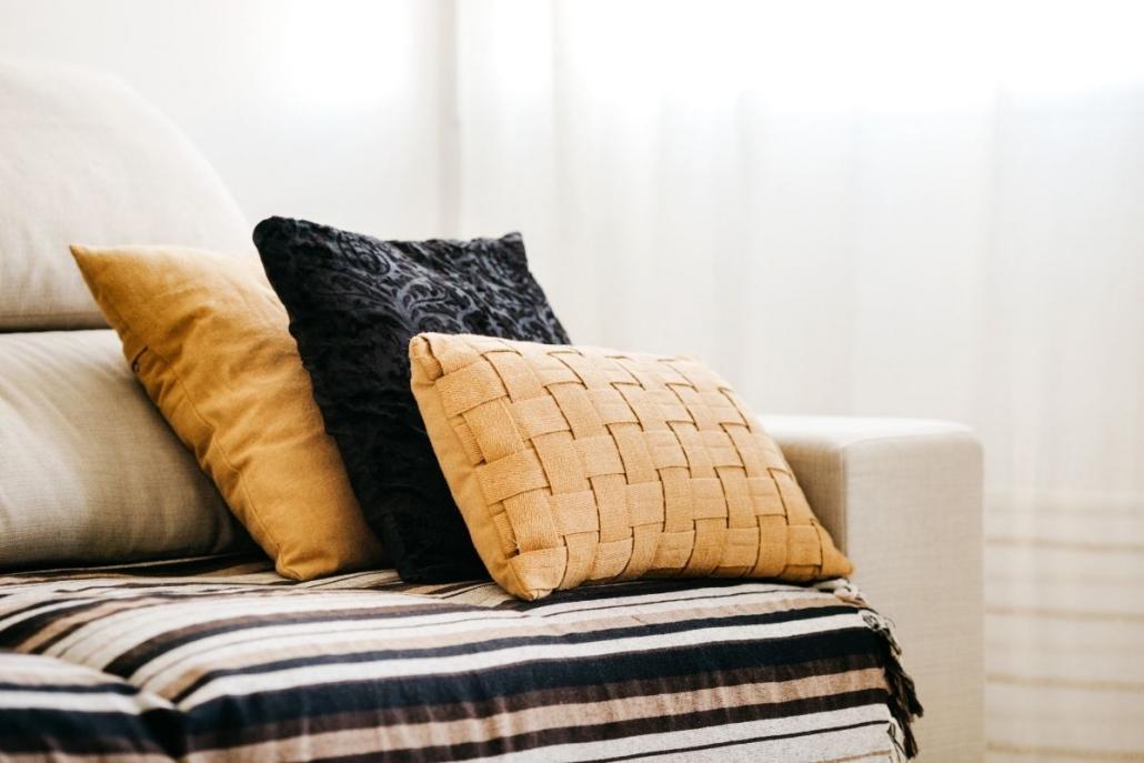 cuscini colorati su un divano